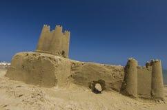 Castelo da areia na praia foto de stock royalty free