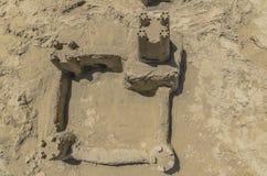 Castelo da areia na praia imagens de stock