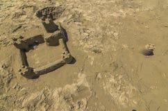 Castelo da areia na praia fotos de stock