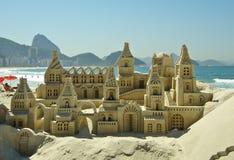 Castelo da areia na praia de Copacabana imagem de stock