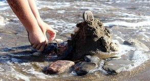 Castelo da areia pelo mar imagem de stock
