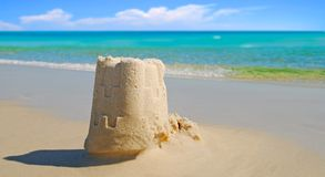 Castelo da areia pelo oceano bonito Imagem de Stock