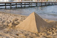 Castelo dado forma pirâmide da areia foto de stock