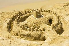 Castelo de areia na praia Fotos de Stock