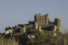 Castelo de Bamburgh em Northumberland no por do sol Foto de Stock