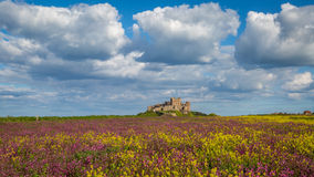 Castelo de Bamburgh na costa de Northumberland, Inglaterra Imagens de Stock
