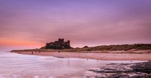 Castelo de Bamburgh no crepúsculo imagem de stock royalty free