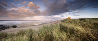 Castelo de Bamburgh no por do sol fotografia de stock royalty free