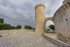 Castelo de Bellver em Majorca com torre, ângulo largo Imagens de Stock Royalty Free