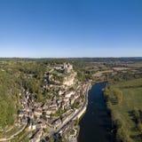Castelo de Beynac, empoleirado em sua rocha acima do rio Dordogne, França imagem de stock