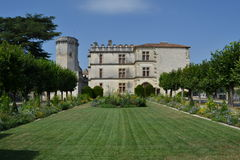 Castelo de Bourdeilles e jardim, França imagem de stock royalty free