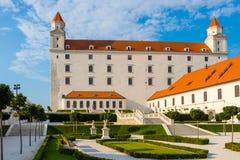 Castelo de Bratislava com o jardim barroco no nascer do sol, Bratislava, Eslováquia fotos de stock royalty free