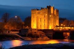 Castelo de Bunratty na noite Fotos de Stock Royalty Free