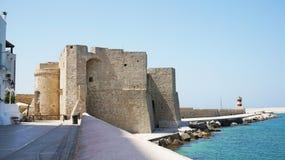 Castelo de Charles V na cidade de Monopoli, Apulia, Itália imagem de stock