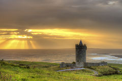 Castelo de Doonagore no por do sol em Ireland. Foto de Stock Royalty Free