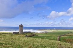 Castelo de Doonagore perto de Doolin - Ireland. Foto de Stock Royalty Free