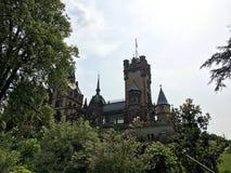 Castelo de Drachenburg, Alemanha, o 1º de julho de 2016 - negligenciando o Reno do rio e a cidade de Bona foto de stock royalty free