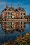 Castelo de Duivenvoorde, Voorschoten, Haia, Países Baixos - 20 de fevereiro de 2019: Castelo de Duivenvoorde em uma tarde ensola imagem de stock royalty free