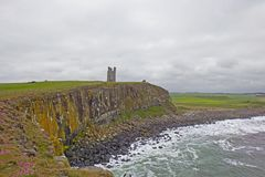 Castelo de Dunstanburgh - o monte foto de stock