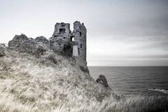 Castelo de Dunure em preto e branco Fotos de Stock Royalty Free