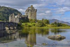 Castelo de Eilean Donan em Escócia, vista dianteira, Kyle de Lochalsh, montanhas, Reino Unido fotos de stock royalty free