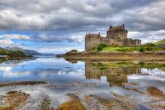 Castelo de Eilean Donan, montanhas, Escócia, Reino Unido Imagem de Stock