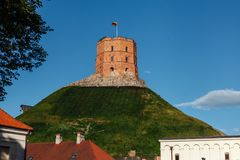 Castelo de Gediminas na capital lituana Vilnus imagens de stock royalty free