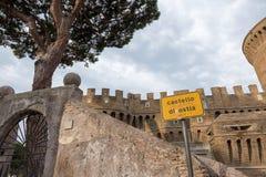 Castelo de Giulio II em Ostia Antica Roma e igreja Imagem de Stock Royalty Free