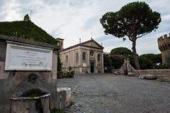 Castelo de Giulio II em Ostia Antica Roma e igreja Fotos de Stock