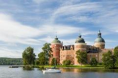 Castelo de Gripsholm no lago Mälaren imagens de stock