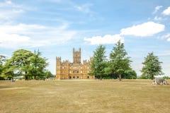 Castelo de Highclere com parque e as árvores verdes Inglaterra newbury imagem de stock
