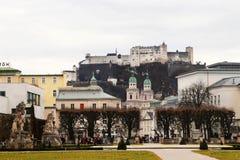 Castelo de Hohensalzburg dos jardins de Mirabell Fotos de Stock