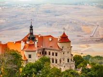 Castelo de Jezeri e mina de carvão em um fundo Imagem de Stock Royalty Free