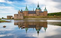 Castelo de Kalmar com reflexão na água calma imagens de stock royalty free