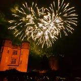 Castelo de Kenilworth da noite dos fogos de artifício foto de stock