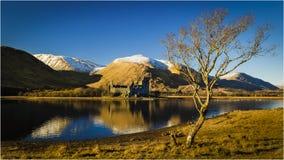 Castelo de Kilchurn no cenário Escócia do inverno foto de stock