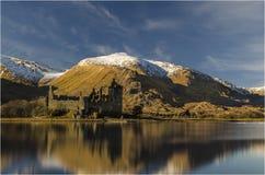 Castelo de Kilchurn no cenário Escócia do inverno imagem de stock