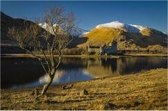 Castelo de Kilchurn no cenário Escócia do inverno fotografia de stock