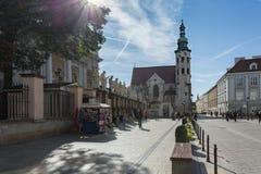 Castelo de Krakow - de Wawel no dia Foto bonita de Krakow da cidade no sol imagens de stock