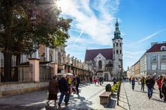 Castelo de Krakow - de Wawel no dia Foto bonita de Krakow da cidade no sol imagem de stock