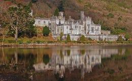 Castelo de Kylemore na Irlanda com reflexão calma da água fotografia de stock royalty free