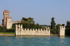 Castelo de Lazise visto do lago Garda, Itália Fotos de Stock Royalty Free