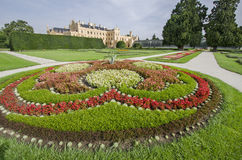 Castelo de Lednice com o jardim francês do estilo Fotografia de Stock