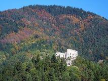 Castelo de Likava na floresta profunda, Eslováquia imagem de stock