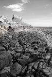 Castelo de Lindisfarne e praia III (preto e branco) Fotos de Stock Royalty Free