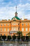 Castelo de Mikhailovsky no banco do rio Fontanka foto de stock