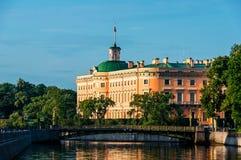 Castelo de Mikhailovsky no banco do rio Fontanka imagem de stock