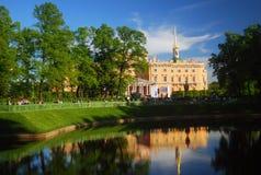 Castelo de Mikhailovsky, vista do jardim do verão Imagem de Stock