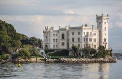 Castelo de Miramare em Trieste, Italy imagens de stock