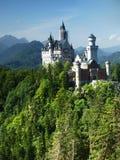 Castelo de Neuschwanstein em cumes bávaros, Alemanha fotos de stock